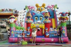 Azjatyccy tajlandzcy dzieci relaksują bawić się na nadmuchiwanym boisku lub wewnątrz Obrazy Stock
