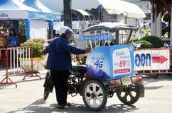 Azjatyccy tajlandzcy ludzie czeka ludzi i podróżników use usługują ridin Obrazy Stock