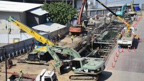 Azjatyccy tajlandzcy pracownicy i maszyny ciężkie pracującego budowniczego nowy budynek przy budową siedzą zdjęcie wideo