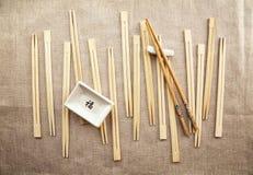 Azjatyccy tradycyjni łasowań naczynia drewniani chopsticks i soja kumberlandu naczynie - Obraz Royalty Free