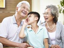 Azjatyccy uroczyści rodzice i wnuk ma zabawę zdjęcie stock