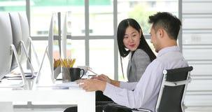 Azjatyccy urzędnicy, mężczyzna pisze w papierze zdjęcie wideo