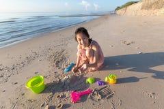 Azjatycka śliczna dziewczyna bawić się piasek na plaży, wakacje i r, fotografia stock
