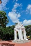 Azjatycka świątynna architektura z zielonym drzewem i jasnym niebieskim niebem Obraz Stock