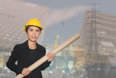 Azjatycka żeńska inżyniera i chwyta papieru rolka w ręce Zdjęcie Royalty Free
