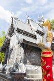 Azjatycka anioł rzeźba jest ubranym złotą biżuterię obok srebra c Obrazy Royalty Free