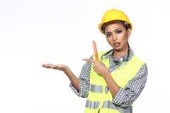 Azjatycka architekta inżyniera kobieta w żółtym ciężkim kapeluszu, bezpieczeństwo szeroki Zdjęcie Royalty Free