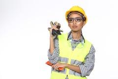 Azjatycka architekta inżyniera kobieta w żółtym ciężkim kapeluszu, bezpieczeństwo szeroki Obrazy Royalty Free