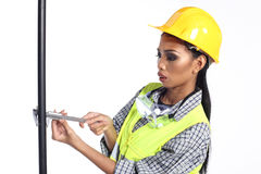 Azjatycka architekta inżyniera kobieta w żółtym ciężkim kapeluszu, bezpieczeństwo szeroki Obrazy Stock