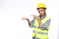 Azjatycka architekta inżyniera kobieta w żółtym ciężkim kapeluszu, bezpieczeństwo szeroki Zdjęcie Stock