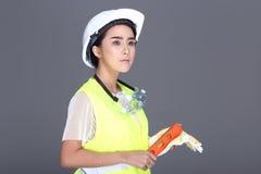 Azjatycka architekta inżyniera kobieta w białym ciężkim kapeluszu, zbawczy szeroki, p Obraz Royalty Free