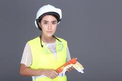 Azjatycka architekta inżyniera kobieta w białym ciężkim kapeluszu, zbawczy szeroki, p Fotografia Royalty Free