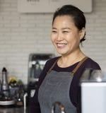 Azjatycka barista kobieta przy sklep z kawą zdjęcie stock