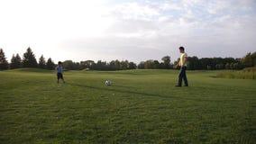 Azjatycka berbeć chłopiec bawić się piłkę nożną z jego ojcem zbiory wideo