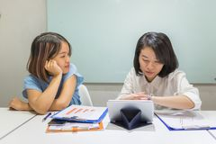 Azjatycka biurowego personelu rozmowa w biurze do siebie zdjęcia royalty free