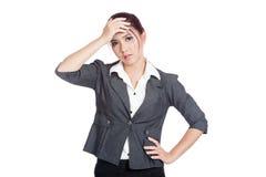 Azjatycka biurowej dziewczyny migrena stawia palmy czoło zdjęcia royalty free