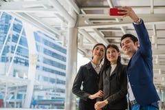 Azjatycka biznes drużyna bierze selfie z smartphone w mieście Obrazy Stock