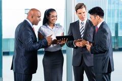 Azjatycka biznes drużyna - miastowa linia horyzontu Zdjęcia Stock