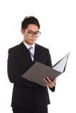Azjatycka biznesmena działania chwyta falcówka Fotografia Stock
