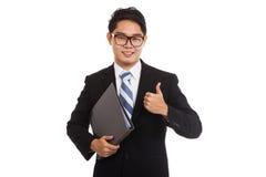 Azjatycka biznesmena uśmiechu thumbsup chwyta falcówka Zdjęcia Royalty Free