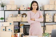 Azjatycka biznesowa dama przy biurem zdjęcia stock