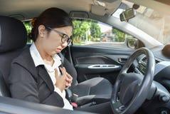 Azjatycka biznesowa kobieta ma klatka piersiowa ból od ataka serca Zdjęcia Royalty Free