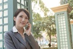 Azjatycka biznesowa kobieta opowiada na smartphone z copyspace Zdjęcie Royalty Free