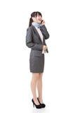 Azjatycka biznesowa kobieta opowiada na telefonie komórkowym Obraz Stock
