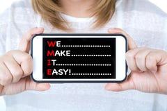 Azjatycka biznesowa kobieta pokazuje telefon komórkowego z wiadomością Fotografia Stock