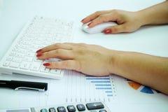 Azjatycka biznesowa kobieta pracuje z dokumentem i laptopem Zdjęcia Royalty Free
