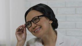 Azjatycka biznesowa kobieta słucha gość, twarz bogata pomyślna dorosła kobieta zbiory