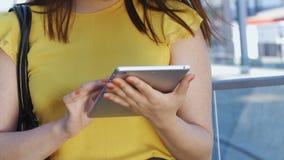 Azjatycka biznesowa kobieta używa pastylka komputer osobistego outdoors zbiory