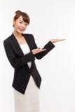 Azjatycka biznesowa kobieta wskazuje pustą przestrzeń. Obrazy Stock