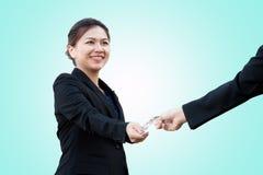 Azjatycka biznesowa kobieta wymienia kredytową kartę fotografia royalty free