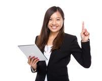 Azjatycka biznesowa kobieta z cyfrową pastylką up i palcem Zdjęcia Royalty Free