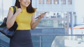 Azjatycka biznesowa kobieta z pastylka komputeru osobistego skakać radość zbiory wideo