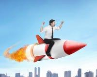 Azjatycka biznesowego mężczyzna latania przejażdżki rakieta Obraz Stock
