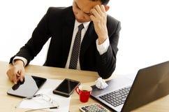 Azjatycka biznesowego mężczyzna migrena z używać pastylkę na praca stołu biurku zdjęcia royalty free