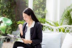 Azjatycka biznesowej kobiety mienia schowka falcówka i gest uradowani Obraz Stock