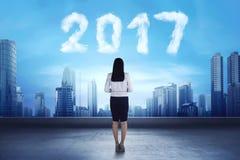 Azjatycka biznesowej kobiety przyglądająca chmura kształtował liczbę 2017 Obraz Royalty Free