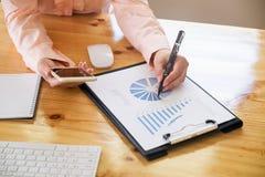 Azjatycka biznesowej kobiety ręka pracuje na laptopie z digita Fotografia Royalty Free