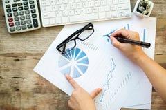 Azjatycka Biznesowej kobiety ręka wskazuje przy biznesowym dokumentem podczas d Obraz Stock