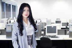 Azjatycka bizneswoman pozycja w biurze Fotografia Stock