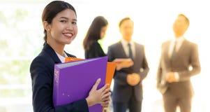 Azjatycka bizneswomanu chwyta działania kartoteka zdjęcia royalty free