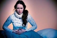 Azjatycka caucasian kobieta z bólem w jej stomcah - gdy brzucha skaleczenie Obraz Stock