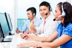 Azjatycka centrum telefoniczne agenta drużyna na telefonie Obrazy Stock