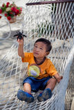 Azjatycka chłopiec bawić się z zabawkarską pluskwą Zdjęcie Royalty Free