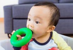 Azjatycka chłopiec gryzienia zabawka Zdjęcie Royalty Free