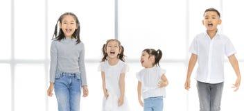 Azjatycka chłopiec i dziewczyny stoi uśmiecha się cieszymy się i szczęśliwy obrazy royalty free