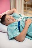 Azjatycka chłopiec jest ubranym sen Apnea urządzenia medycznego Diagnostycznego zestaw Zdjęcia Royalty Free